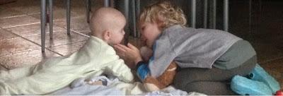 Großer Bruder spielt mit Baby