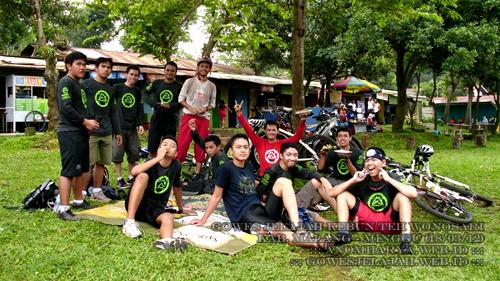 Peserta makan bersama di warung-warung yang ada di dalam tempat wisata perkebunan.