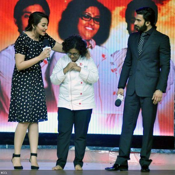 (L-R) Sonakshi Sinha, finalist Doyel Sarangi and Ranveer Singh share the stage during the grand finale of the cookery show Master Chef Season 3, held in Mumbai. (Pic: Viral Bhayani)