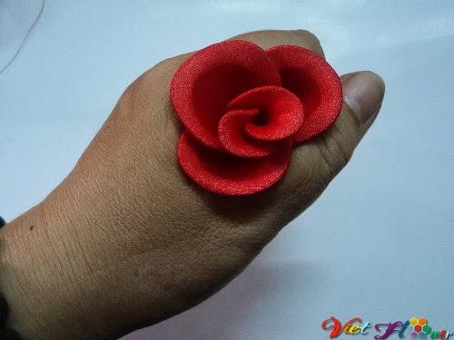 Cách làm hoa hồng nhung bằng vải voan (bước 12)