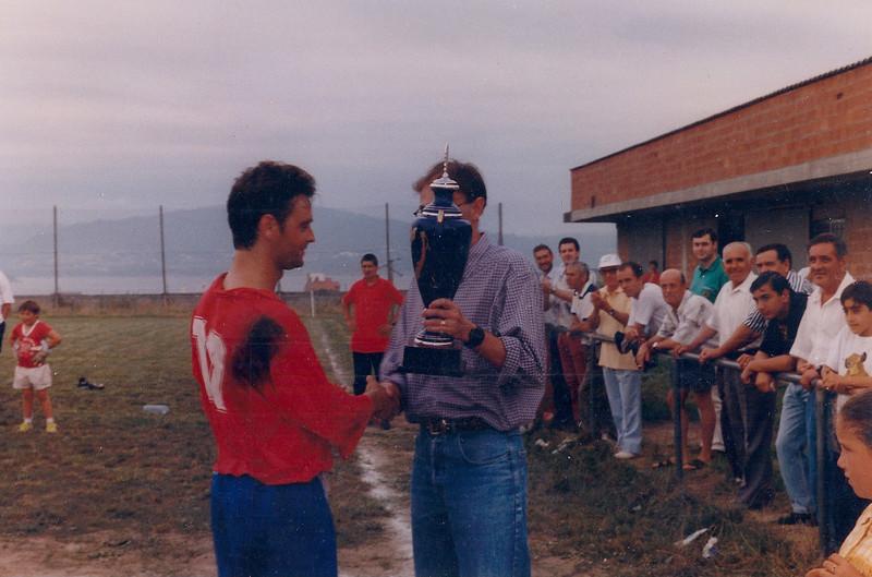 A.D.R. Numancia de Ares. Afeccionados 1996-97 II Trofeo Corbalán Verán do 1996 Entrega do trofeo por Fran Bardanca a Zalín, capitán do Numancia Prados Vellos (Ares)