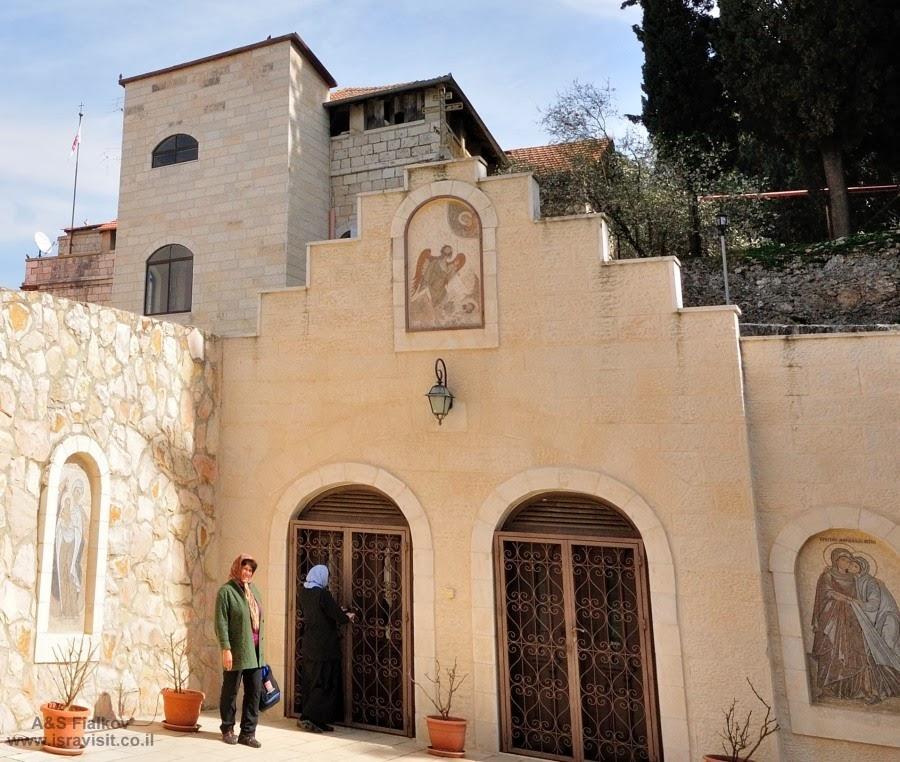 Вход в храм Иоанна Крестителя. Экскурсия в Горненский монастырь.  Гид в Израиле Светлана Фиалкова.