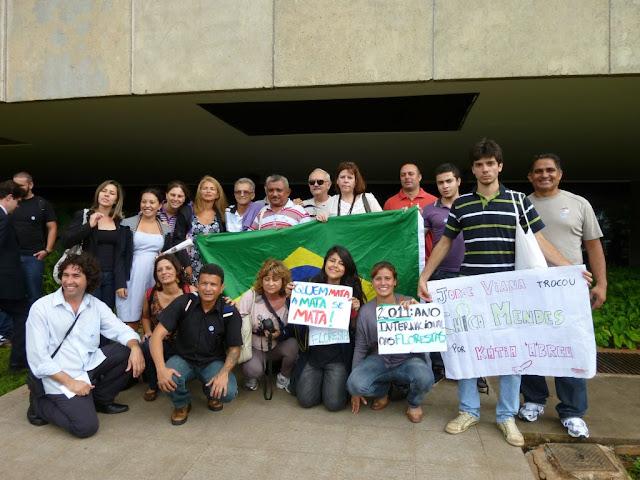 Integrantes da Rede Mata Atlântica protestam contra as mudanças do Código Florestal no Senado Federal. Foto de Lisiane Becker
