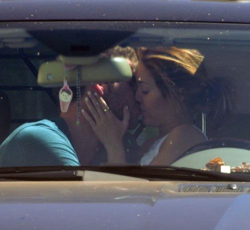 Foto de Miley Cyrus y Liam Hemsworth besandose.