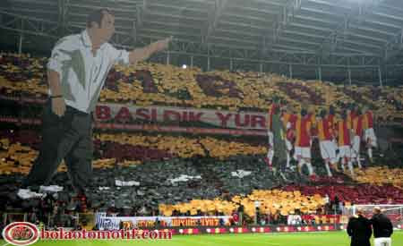 banner fans suporter sepak bola galatasary