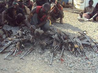 Les miliciens Maï Maï Bakata Katanga rendant leurs armes, samedi 23 mars 2013, à la Monusco.