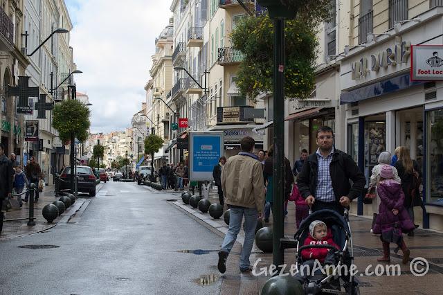 Cannes'daki alışveriş caddesi Antibes'te dolaşırken