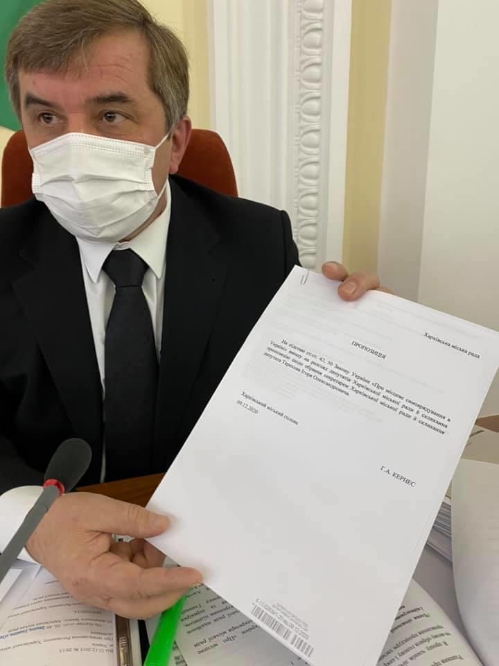 Олександр Новак демонструє документ з електронним підписом Геннадія Кернеса