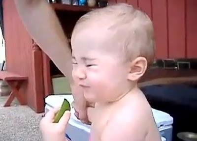 Bebés a experimentar comer limões pela primeira vez