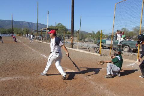 Edgar Castañeda de Yankees Yankees en el softbol del Club Sertoma