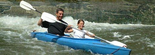 Bruselas Valonia: Padre e hija en kayak en los rápidos de un río belga