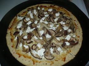 Goat cheese & mushroom pizza