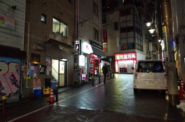 無料案内所などが乱立する、百軒店商店街の夜の妖しい光景