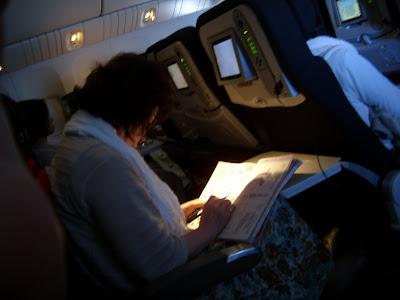 機内でクロスワードをする人