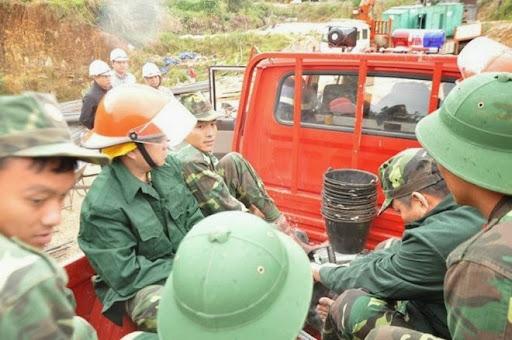Lực lượng cứu hộ chuẩn bị tiếp cận hiện trường.