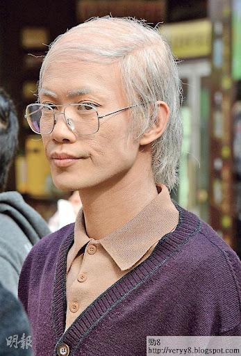《情逆三世緣》敖嘉年化老妝後,滿頭稀疏白髮,戴上眼鏡頗為神似。