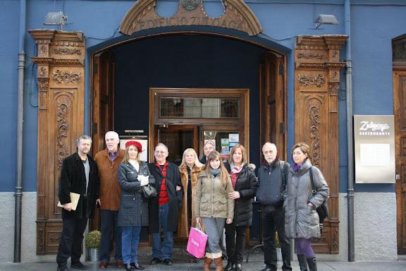 Ante el Restaurante Zuloaga de León, esperando la llegada del poeta Antonio Gamoneda