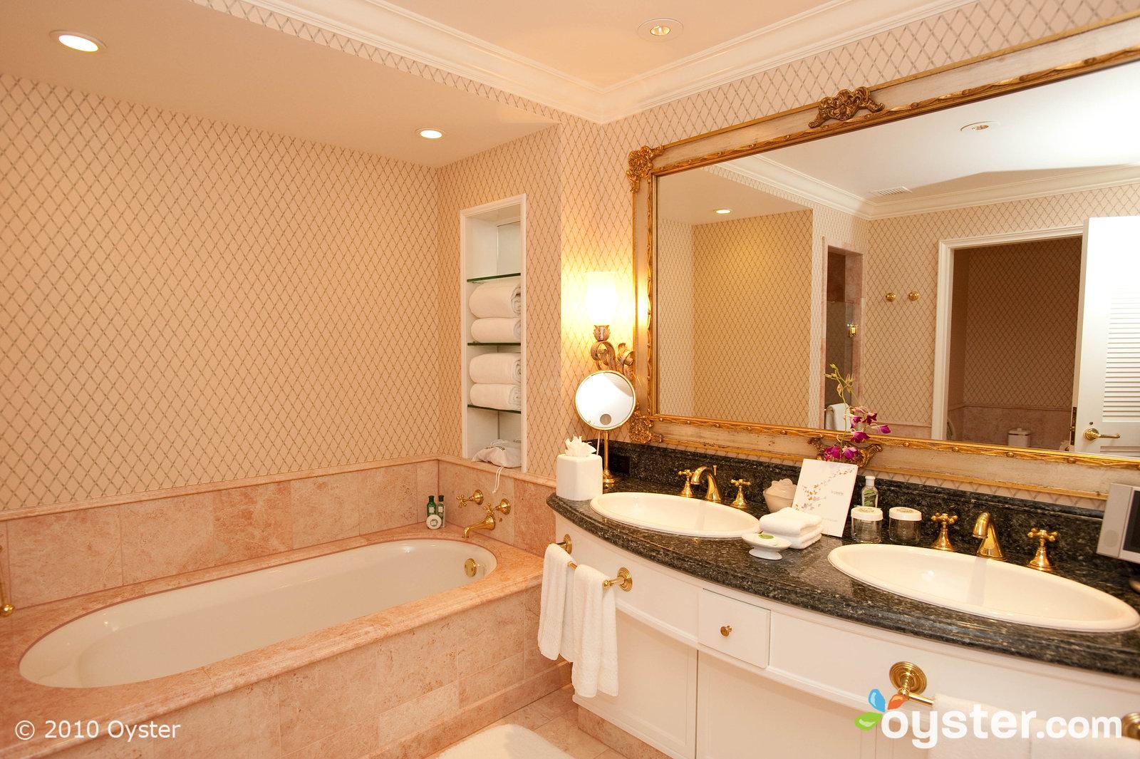 granito e pastilhas vitoriano com banheiro incorporado ao quarto gosto  #BC810F 1600 1065