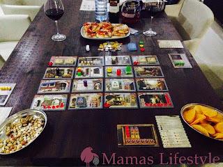 """Das Spiel """"Istanbul"""" mit leckeren Snacks und Getränken auf dem Familientisch"""