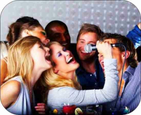 Asitir a un karaoke para cantar con tus amistades y pasar buenos momentos