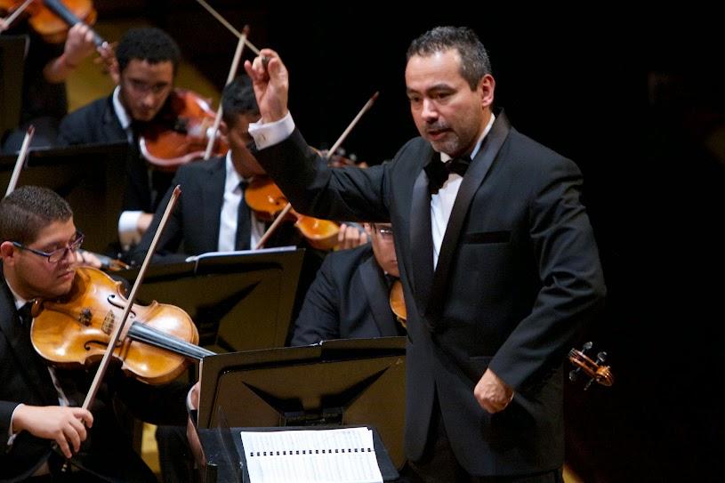 César Iván Lara frente a la Sinfónica Juvenil Teresa Carreño de Venezuela
