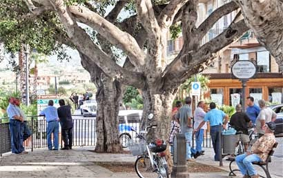 Auf der Piazza in Altavilla Milicia