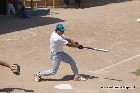 Pablo Cárdenas bateando por Burócratas B en el softbol dominical