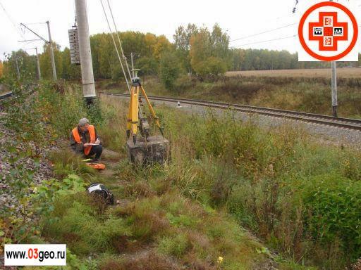 Геодезические спутниковые наблюдения при строительстве реперной системы контроля положения железнодорожных путей в профиле и плане. Картинка с геодезистом и спутниковым приёмником