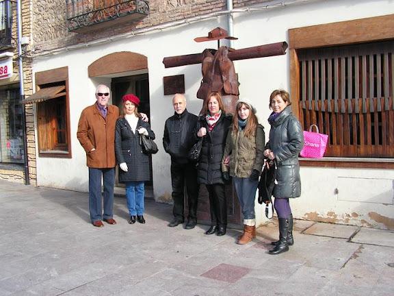Paseando por León, frente al bar La Lola de Los Quijano