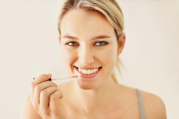 woman-applying-lip-gloss ব্যস্ত মেয়েদের মর্নিং মেক-আপ রুটিন