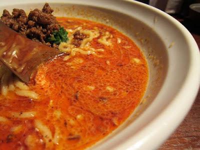 赤い担々麺のスープ。辛さはマイルドで胡麻の風味がきいてます