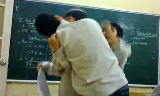 Nam sinh hôn trộm bạn gái và đánh nhau ngay tại lớp học