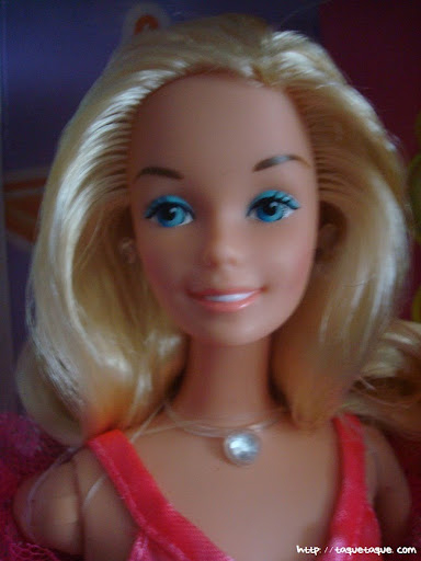mi Babie Favorita 1977 - Barbie Superstar: detalle de la carita y del busto, donde se ven los pendientes y el colgante