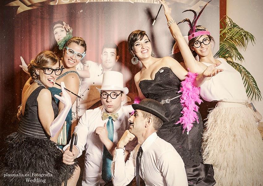 Photocall de boda con un toque vintage. los invitados disfrutan durante una boda posando en un maravilloso photocall