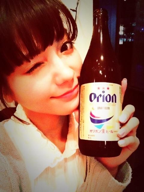 Nanri Miki com a cerveja ORION
