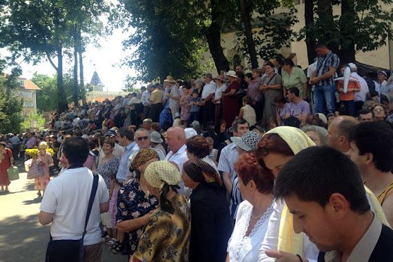Procesiunea raclei cu moaştele sfântului Ioan cel nou de la Suceava - oamenii aşteaptă procesiunea