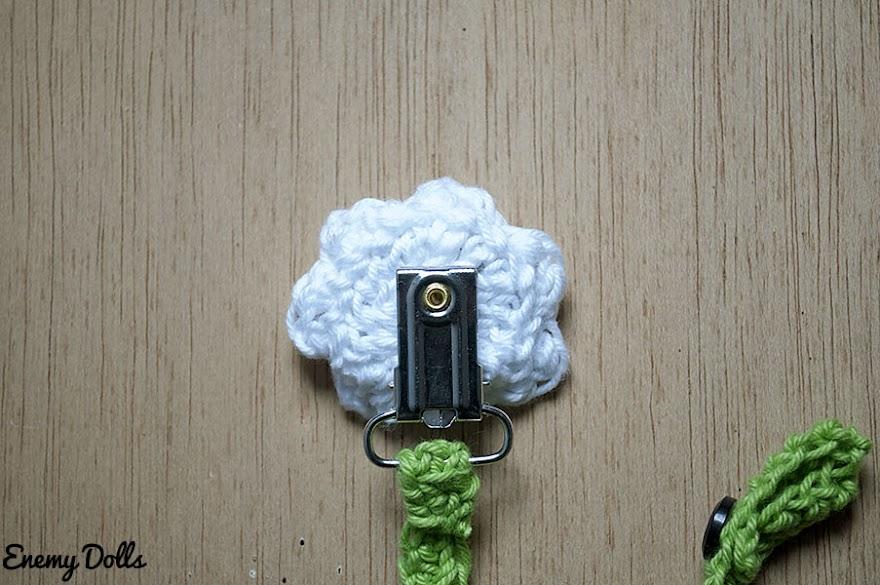 Chupetero a crochet de oveja