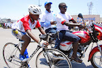 Le plus jeune des coureurs du tour de Goma de cyclisme 2015, encadré par les motards/Ph. Mustafa Kemal.