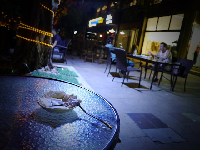 outdoor dining scene at a cafe in Zhuhai