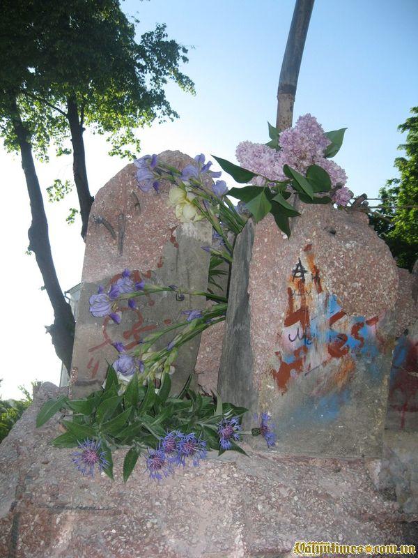 Квіти покладені молоддю міста на сплюндрований владою Фонтан на П'ятницькій гірці
