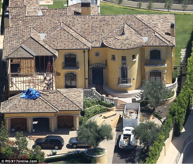 Jenner House Calabasas: PICCONN: PHOTO: Kim Kardashian Joins Kanye West To Inspect