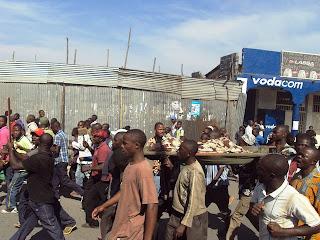 Des manifestants transportent le corps d'une adolescente tuée par un obus samedi 24 août 2013 à Goma. Photo Facebook