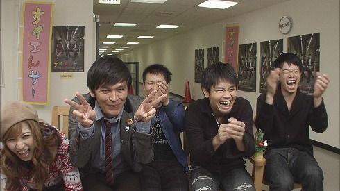 笑う時に手をたたく人の画像