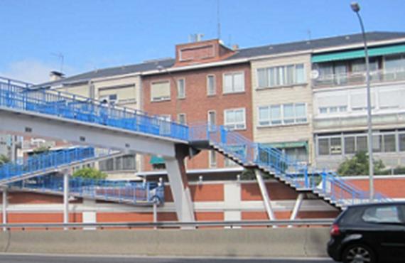 Rehabilitada la pasarela que cruza la A-2 a la altura de la calle Agastia