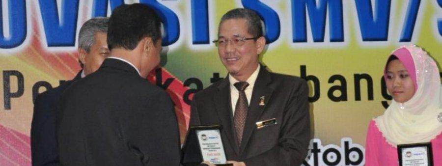Cenderamata kepada teman sebagai Panel Hakim KIK SMV/SMT/KV Peringkat Kebangsaan 2012 oleh Timbalan Menteri MOSTI