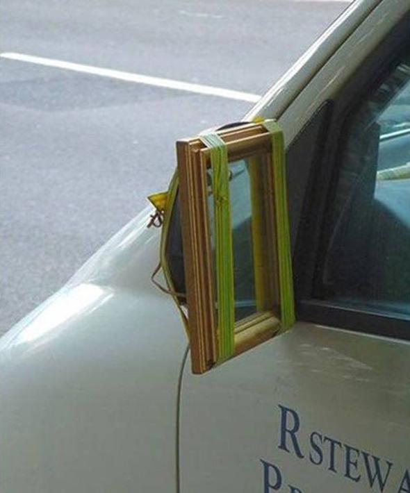 Un espejo pequeño también sirve de retrovisor en un coche