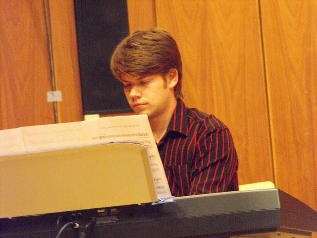 Miklós zongorázik