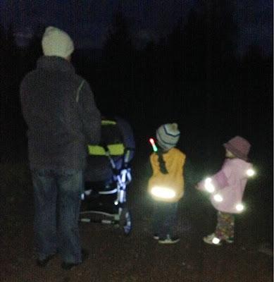 Familie Maus geht im Dunkeln spazieren