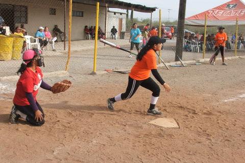 Sandra Elizaldi de Pekes de Bustamante del softbol femenil del Club Sertoma