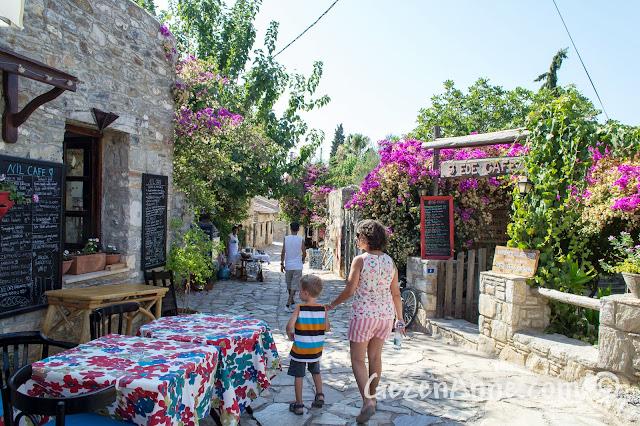 Eski Datça'da yürürken